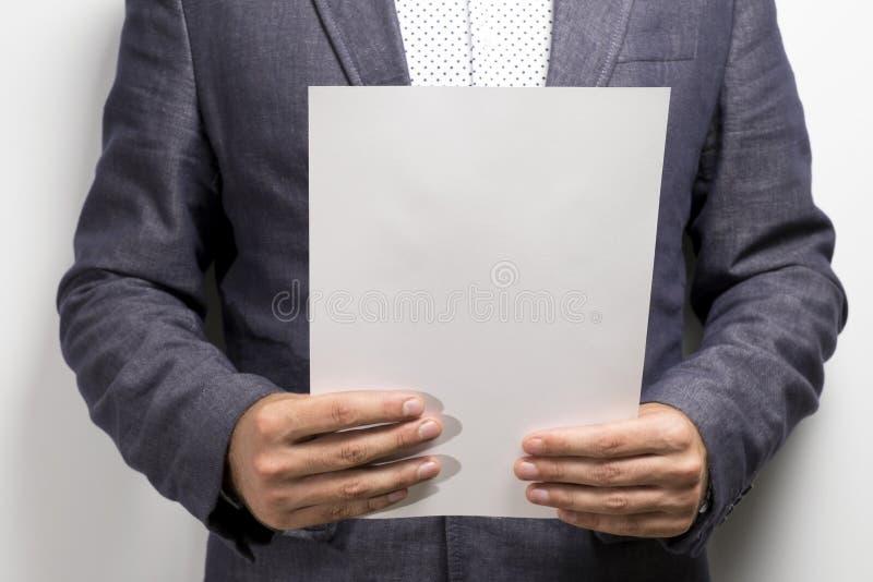 Advocaat die wettelijke contractovereenkomst lezen royalty-vrije stock afbeeldingen
