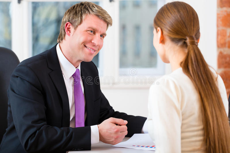 Advocaat en cliënt in bureau