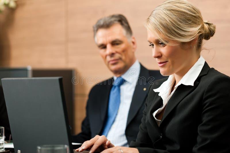 Advocaat met zijn secretaresse stock afbeelding