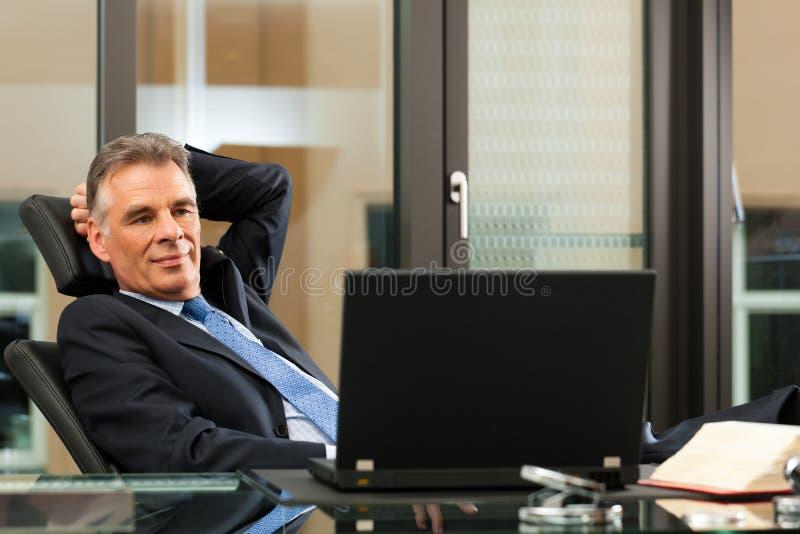 Advocaat in zijn bureau