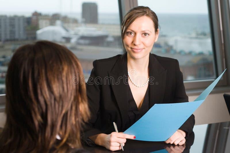 Advocaatoverleg in een hemelbureau stock foto's