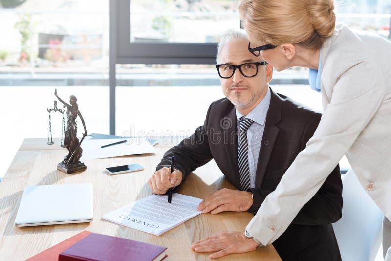 Advocaten die met contract werken stock fotografie