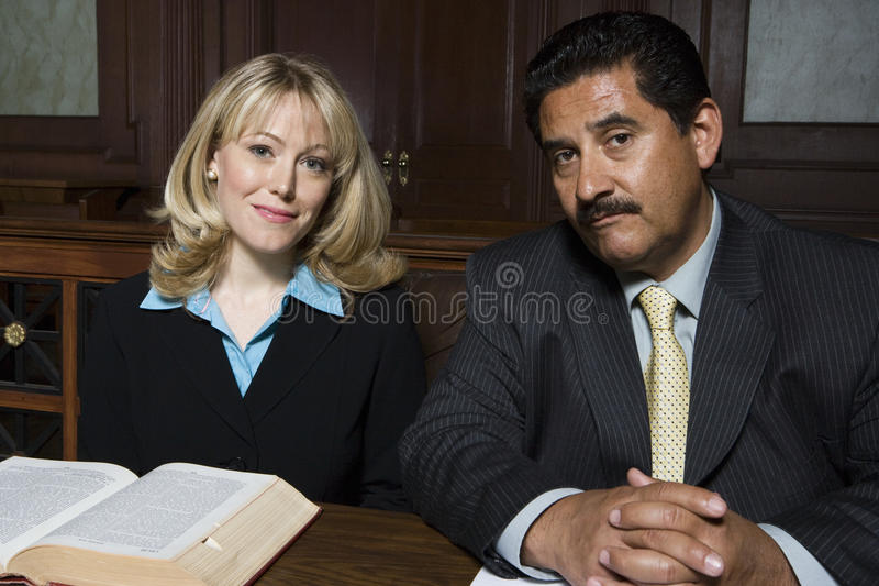 Advocaten die samen zitten royalty-vrije stock afbeelding