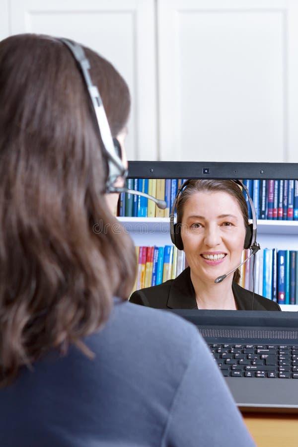 Advogado em linha da chamada dos auriculares das mulheres imagens de stock