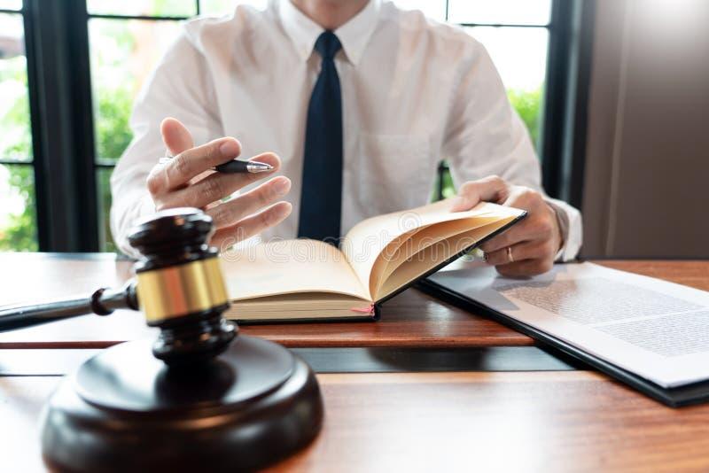 Advogado ou juiz de empresa que trabalha com contrato de papelada e gavel em Courtroom, Justice e Law firm Notary public imagem de stock royalty free