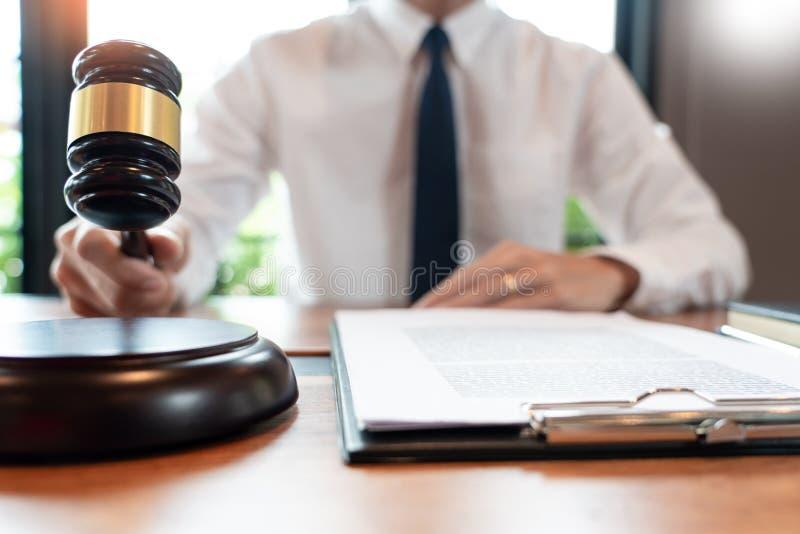 Advogado ou juiz de empresa que trabalha com contrato de papelada e gavel em Courtroom, Justice e Law firm Notary public foto de stock royalty free
