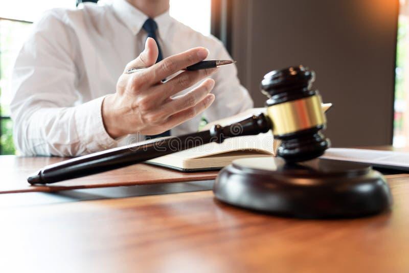 Advogado ou jurista que trabalha com contrato de papelaria e gavel em Courtroom, Justice e Law Office Notary public imagem de stock