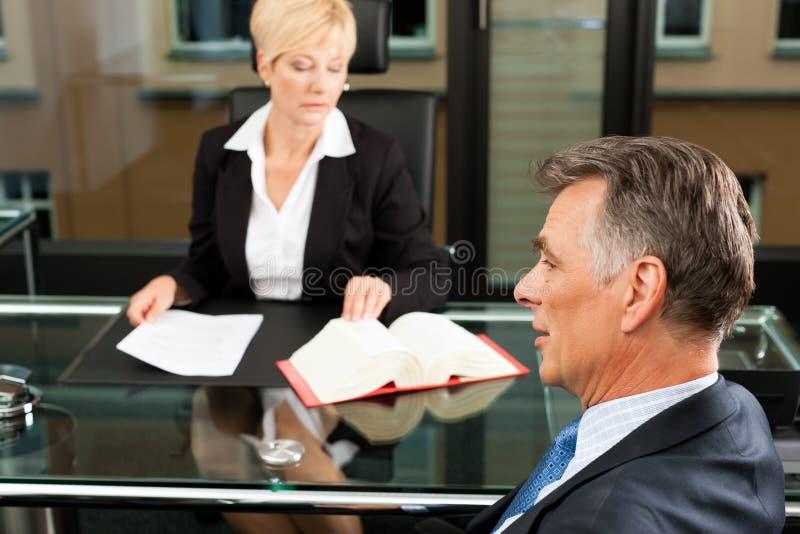 Advogado ou notário fêmea em seu escritório foto de stock