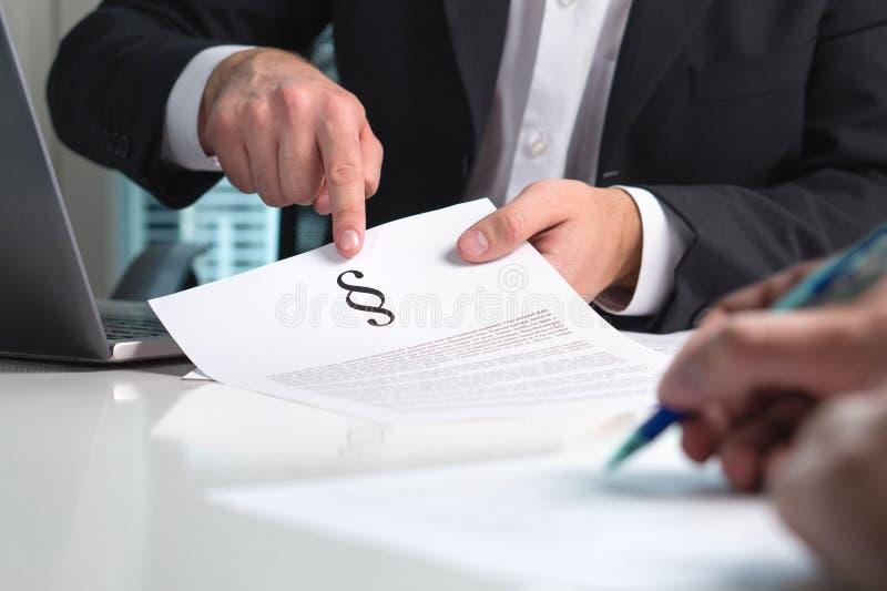 Advogado que dá o parecer jurídico a um cliente no escritório imagem de stock