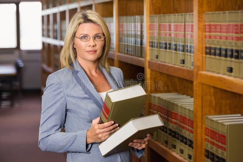 Advogado que guarda livros na biblioteca de direito fotos de stock