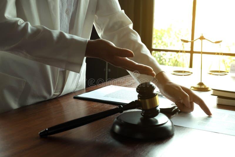 Advogado que trabalha com o cliente do contrato na tabela no escrit?rio advogado do consultante, advogado, juiz da corte, conceit imagens de stock royalty free