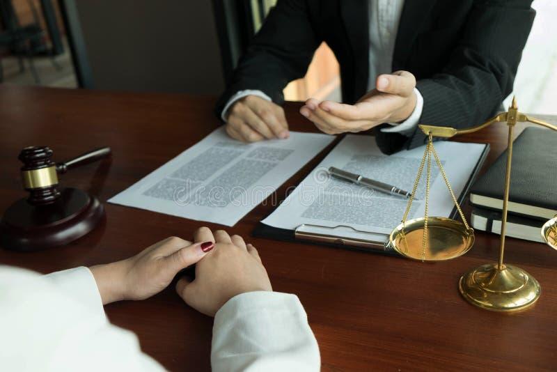 Advogado que trabalha com o cliente do contrato na tabela no escrit?rio advogado do consultante, advogado, juiz da corte, conceit imagem de stock