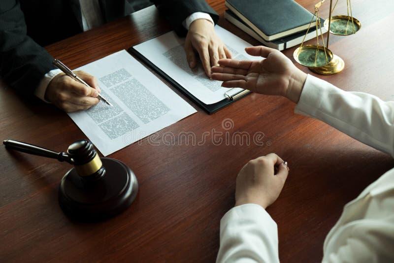Advogado que trabalha com o cliente do contrato na tabela no escrit?rio advogado do consultante, advogado, juiz da corte, conceit imagem de stock royalty free