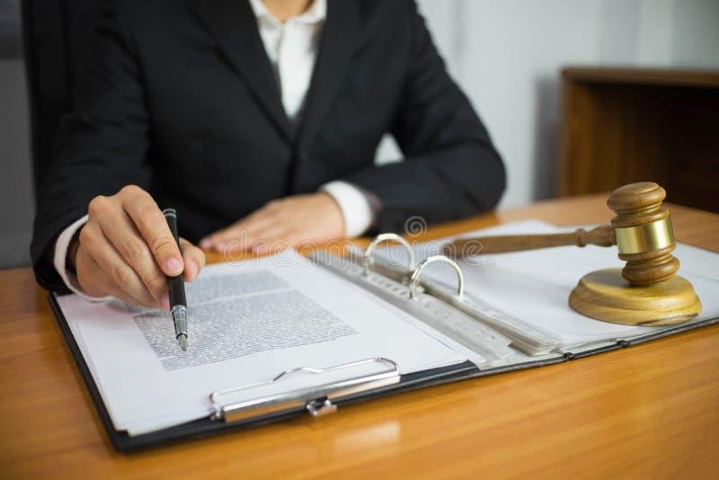 Advogado que trabalha com pap?is do contrato na tabela no escrit?rio advogado do consultante, advogado, juiz da corte, conceito imagens de stock royalty free