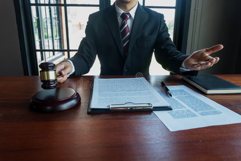 Advogado que trabalha com pap?is do contrato na tabela no escrit?rio advogado do consultante, advogado, juiz da corte, conceito foto de stock royalty free