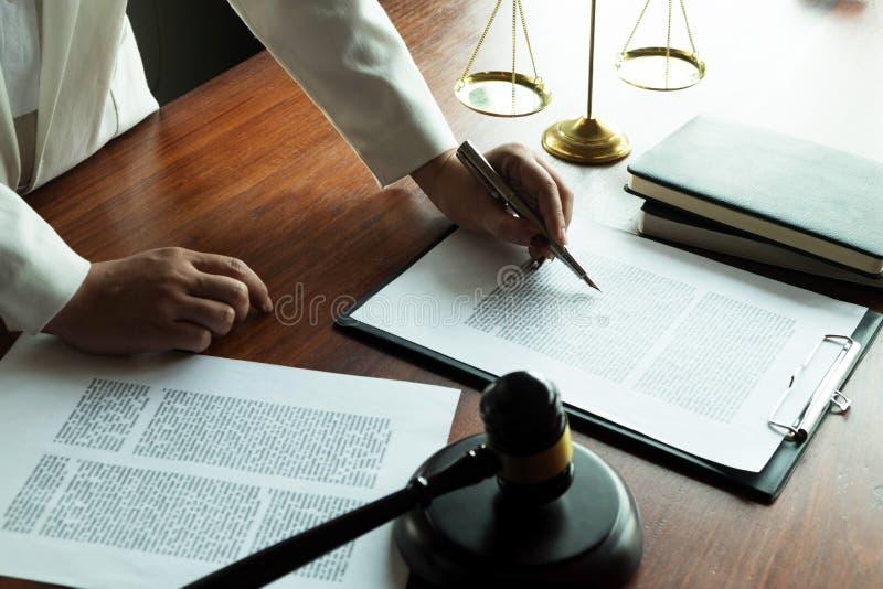 Advogado que trabalha com pap?is do contrato na tabela no escrit?rio advogado do consultante, advogado, juiz da corte, conceito fotografia de stock royalty free