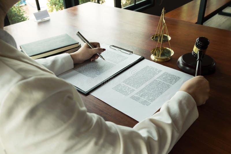 Advogado que trabalha com pap?is do contrato na tabela no escrit?rio advogado do consultante, advogado, juiz da corte, conceito imagem de stock