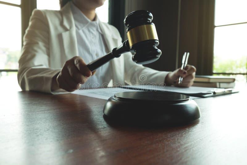 Advogado que trabalha na tabela no escrit?rio advogado do consultante, advogado, juiz da corte, conceito fotos de stock