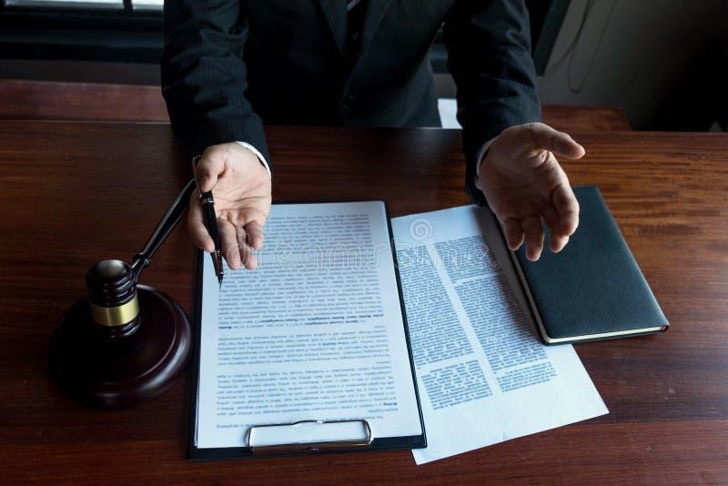 Advogado que trabalha na tabela no escrit?rio advogado do consultante, advogado, juiz da corte, conceito imagens de stock