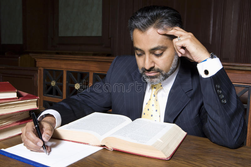 Advogado Reading Law Book foto de stock