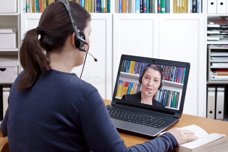 Advogado video da chamada dos auriculares da mulher fotografia de stock royalty free