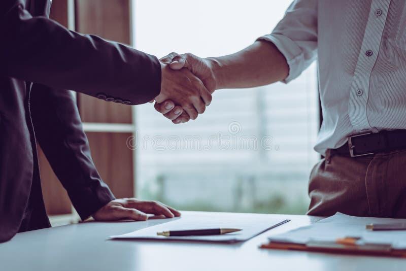 Advogados asiáticos dos advogados do sócio da Idade Média que agitam as mãos após ter discutido um acordo de contrato feito fotografia de stock royalty free
