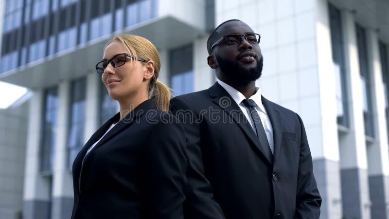 Advogados profissionais que levantam perto da corte, consultório particular, seguro patrimonial fotos de stock