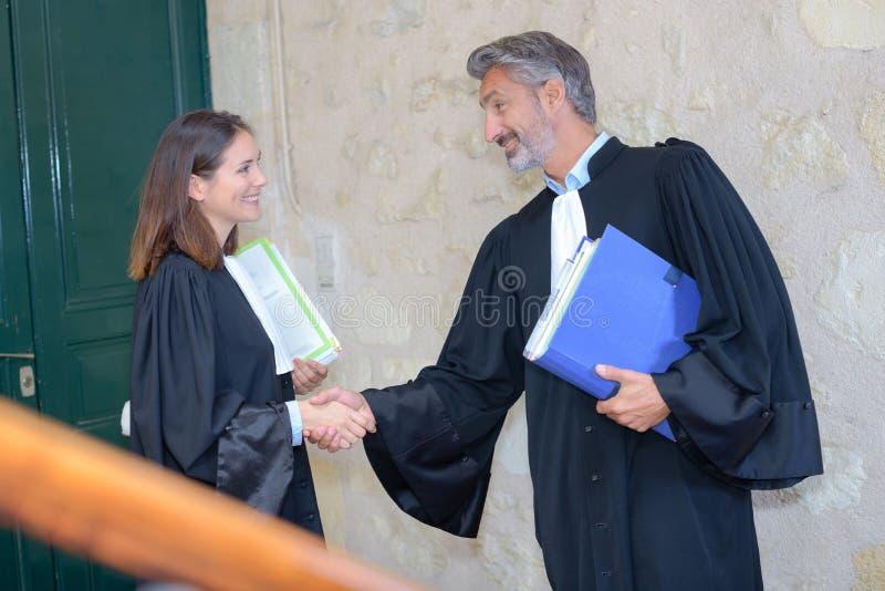 Advogados que agitam as mãos que terminam acima encontrar-se imagens de stock