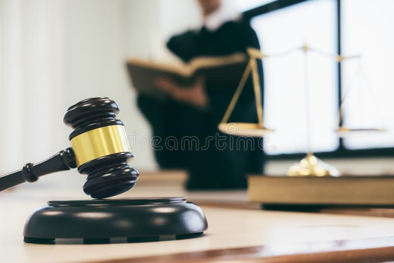 advokat- eller domarearbete i kontoret med auktionsklubban och jämvikt royaltyfria foton