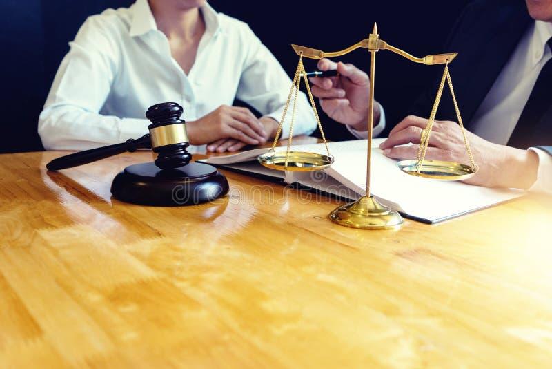 Advokat- eller domareauktionsklubba med j?mviktsarbete royaltyfri foto