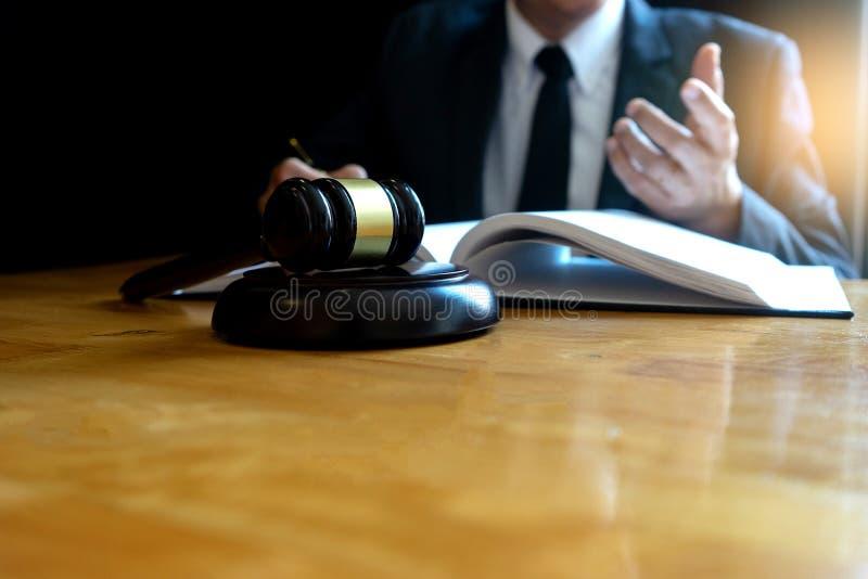 Advokat- eller domareauktionsklubba med j?mviktsarbete arkivfoton