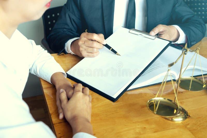 Advokat- eller domareauktionsklubba med j?mviktsarbete med klienten royaltyfria bilder
