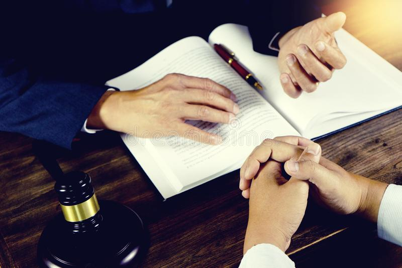 Advokat- eller domareauktionsklubba med j?mviktsarbete med klienten royaltyfria foton