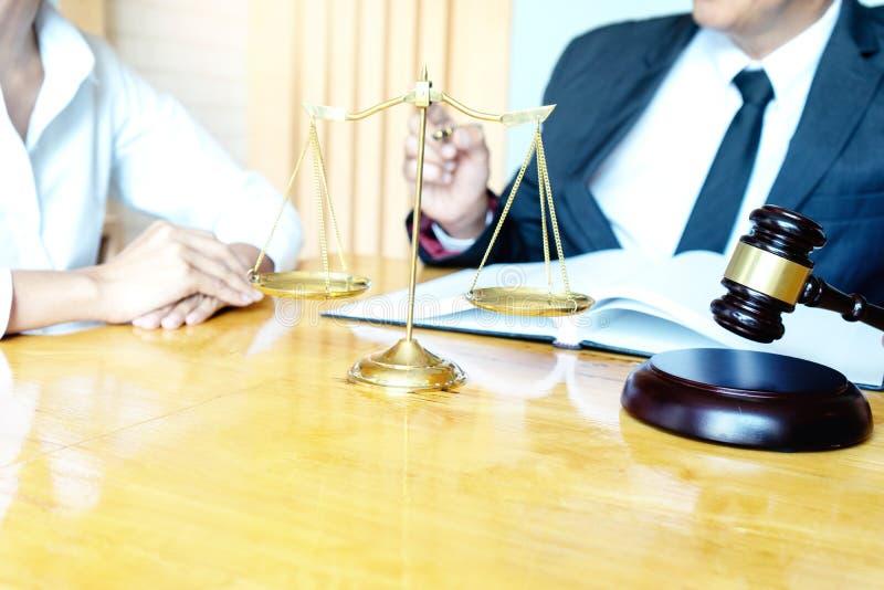 Advokat- eller domareauktionsklubba med j?mviktsarbete med klienten arkivbild