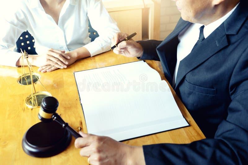 Advokat- eller domareauktionsklubba med j?mviktsarbete med klienten royaltyfri bild