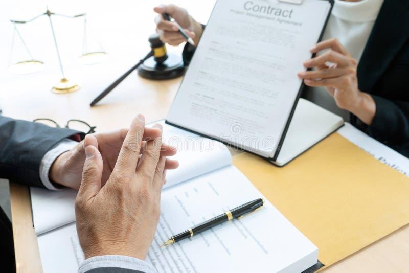 Advokat- eller domareauktionsklubba med j?mviktsarbete med klienten royaltyfri fotografi