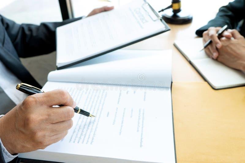 Advokat- eller domareauktionsklubba med j?mviktsarbete med klienten fotografering för bildbyråer
