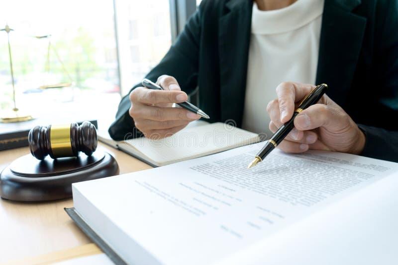 Advokat- eller domareauktionsklubba med j?mviktsarbete med klienten arkivfoto