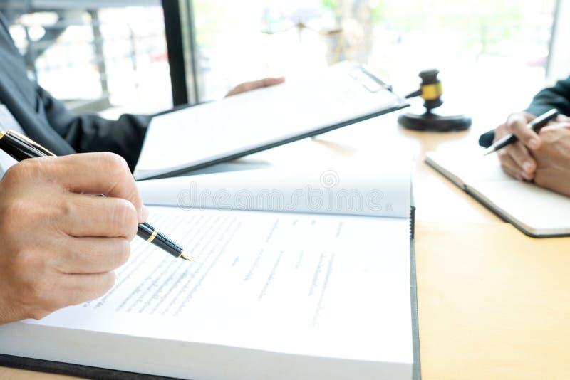 Advokat- eller domareauktionsklubba med j?mviktsarbete med klienten arkivbilder