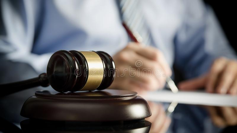 Advokat i regeringsställning med auktionsklubban, symbol av rättvisa arkivfoto