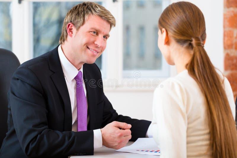 Advokat och klient i regeringsställning royaltyfria bilder