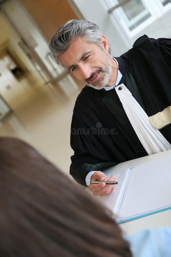 Advokat och klient som diskuterar för försök royaltyfria bilder