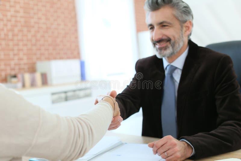 Advokat- och klienthandshaking royaltyfri foto