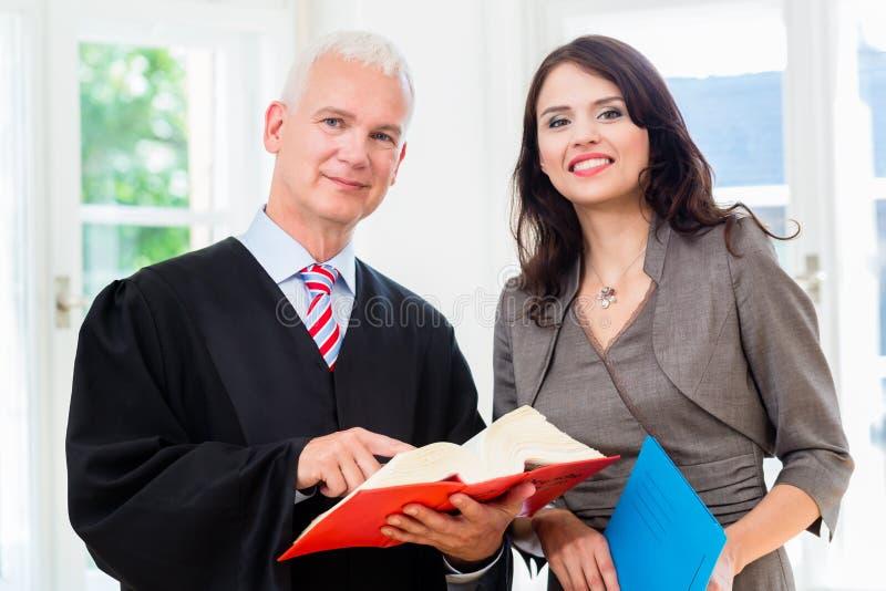 Advokat och paralegal i deras lagkontor arkivbild