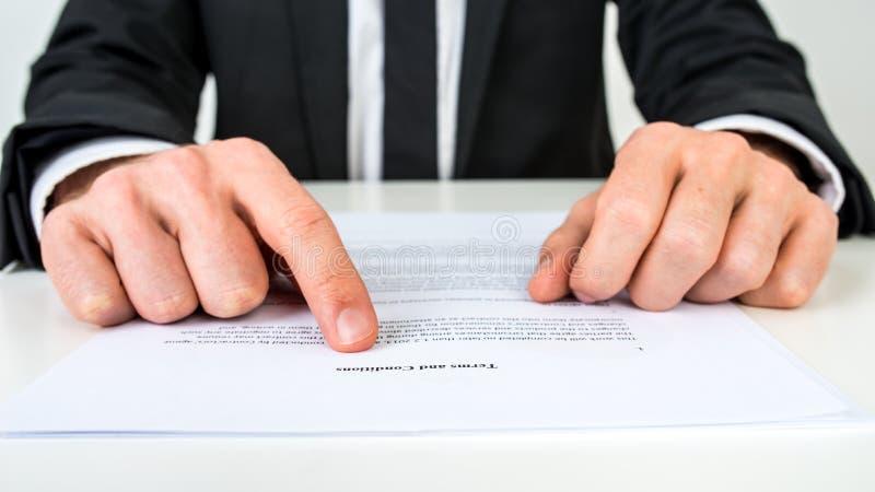 Advokat som förklarar uttryck och villkor arkivbilder