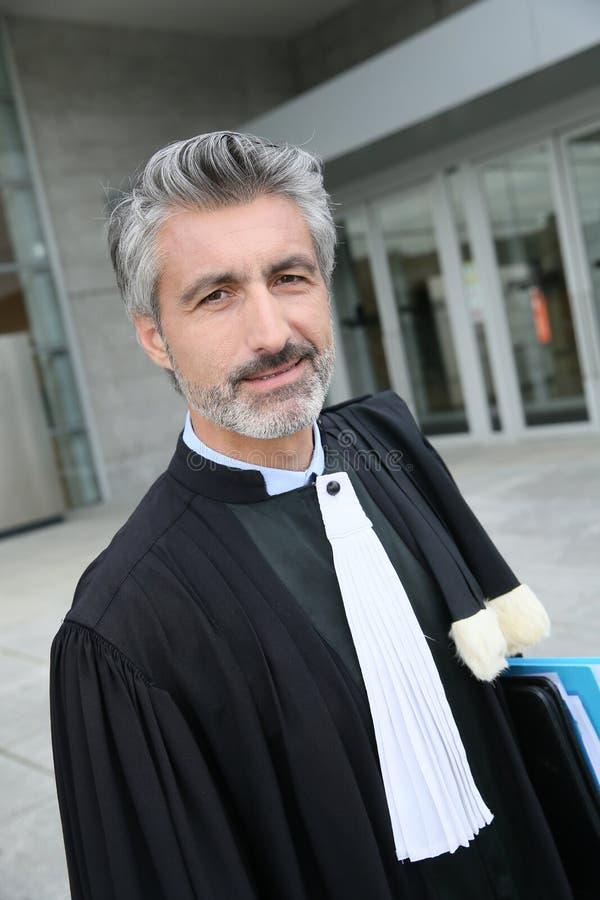 Advokat som framme väntar på hans klient av domstolen arkivfoto