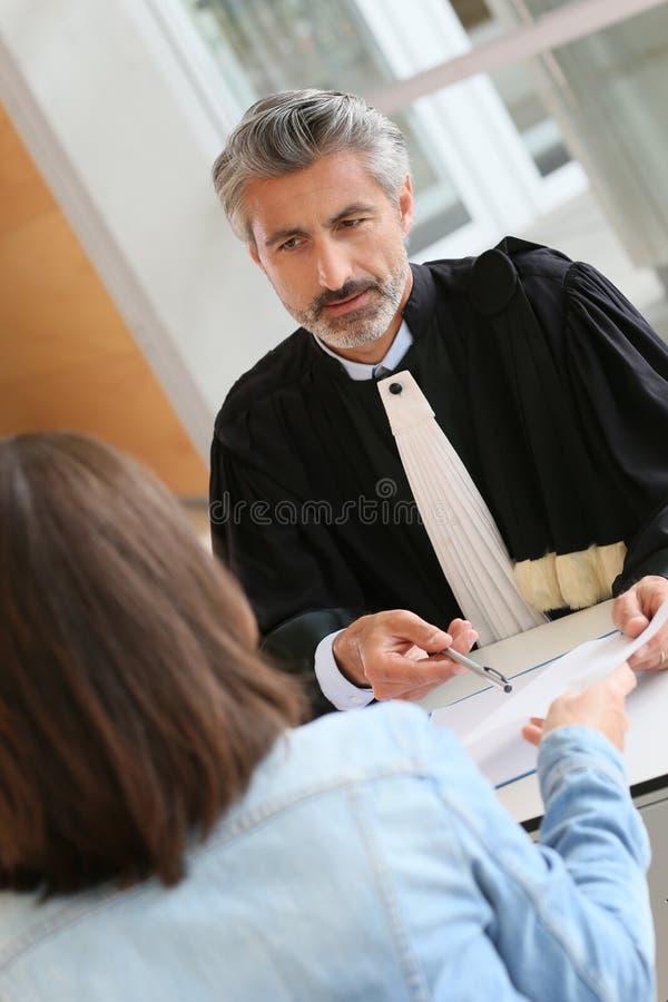 Advokat som möter en klient på hans kontor arkivfoton