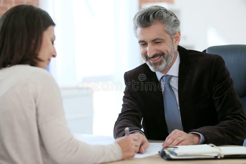 Advokat som möter hans klient arkivfoto
