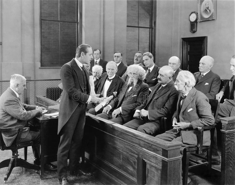 Advokat som talar till jurymedlemmar (alla visade personer inte är längre uppehälle, och inget gods finns Leverantörgarantier att royaltyfria bilder