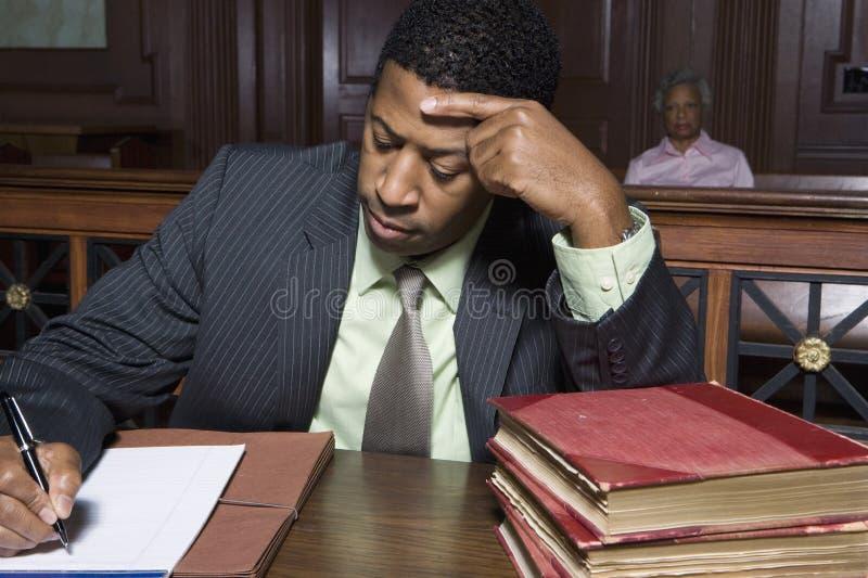 Advokat Working In Courtroom royaltyfri foto